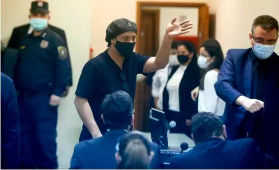 Ronaldinho, soupçonné d'usage de faux documents officiels, a été remis en liberté